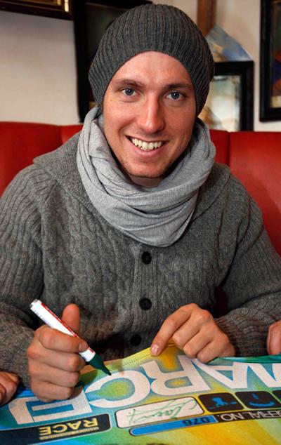 © www.menschundmarke.at / Marcel Hirscher beim signieren der Startnummern