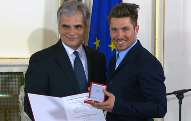 Bundeskanzler Werner Faymann überreichte die Auszeichnung.