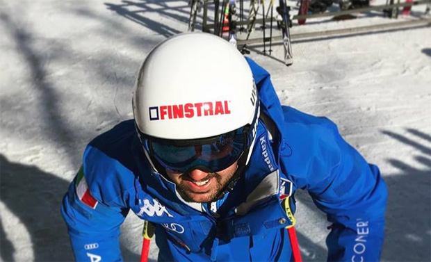Alex Hofer präsentiert Finstral als neuen Kopfsponsor (Foto: Alex Hofer / Facebook)
