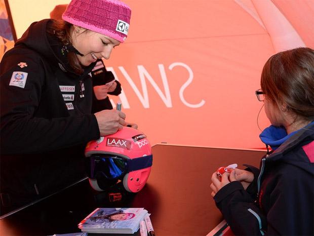 Der Skistar Wendy Holender signiert auch am kommenden Wochenende fleissig T-Shirts und Autogrammkarten. (Foto: Swiss-Ski.ch)