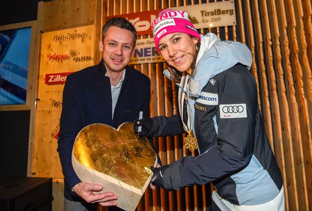 Es war ein Herzschlagfinale zwischen Wendy Holdener und Petra Vlhova, das um drei Hundertstelsekunden zu Gunsten der Schweizerin entschieden wurde. Um so entspannter wurden am Abend im TirolBerg die Medaillen präsentiert. Dass beide Skistars auf Tiroler Boden feierten hat Gründe, denn das Herz der Alpen hat Anteil an den Erfolgen: Der Servicemann von Holdener ist Tiroler und Vlhova trainiert regelmäßig im Zillertal. (Foto: Tirol Werbung / Erich Spiess)