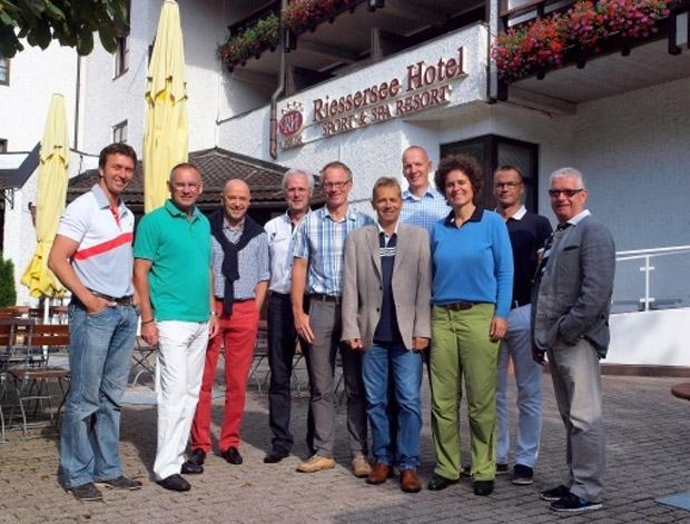 """Die Sportler werden also auch weiterhin ganzjährig die nötige Ruhe und Erholung in """"Ihrem"""" Domizil am Riessersee finden, eine Station für Pressekonferenzen und Trainingslager vorfinden. Das Hotel wird weiterhin das Gütesiegel """"Offizielles Partnerhotel des Deutschen Skiverbandes"""" tragen. Zur Besiegelung des neuen Vertrages fand im Riessersee Hotel Resort im Juli diesen Jahres die Aufsichtsratssitzung des DSV statt, zu der Fritz Hollweck, Matthias Birkenholz, Christian Neureuther, Manfred Kuner, Stefan Schwarzbach, Walter Vogel, Andreas Steiniger, Miriam Vogt, Stefan Krauß und Hanns-Michael Hölz (auf unserem Bild von links) anwesend waren."""