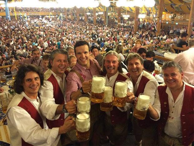 Nach dem Trainingsstress in Argentinien, genehmigte sich Christof Innerhofer mit den Südtiroler Spitzbuam eine Maß Bier auf dem Oktoberfest - Prost (Foto: Christof Innerhofer)