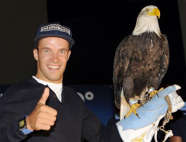 """Christof Innerhofer mit dem Wappentier von Lazio Rom - Le Aquile (""""Die Adler"""") (Foto: Christof Innerhofer / Facebook)"""
