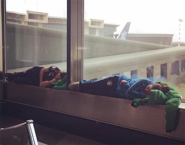 """Der Flug von Mailand nach New York verzögerte sich. Daniela Merighetti und Karoline Pichler nutzten die Zeit für ein kleines """"Schläfchen"""" (Foto: facebook / Nadia Fanchini)"""