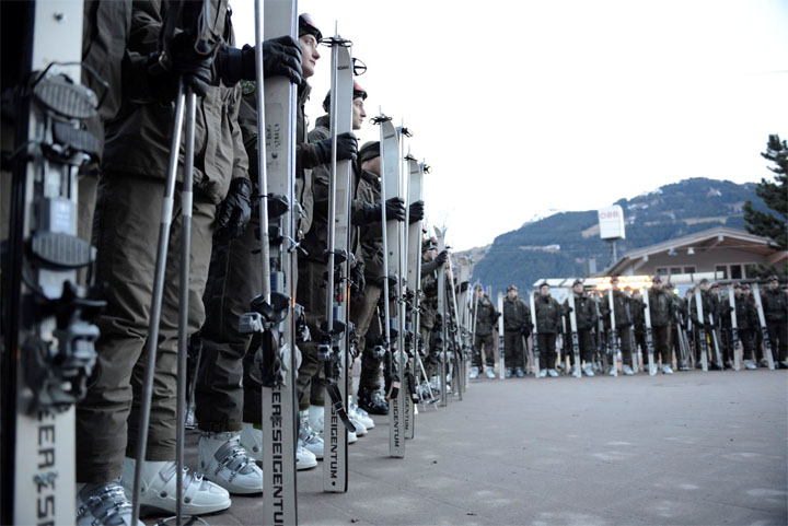 © hahnenkamm.com / Vor der Talstation der Hahnenkammbahn wurde das Bundesheer offiziell empfangen