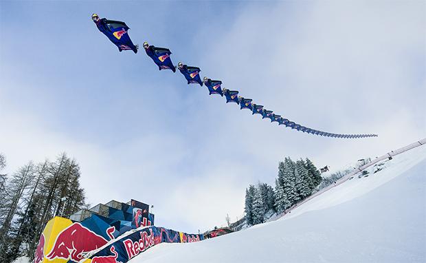 Spektakulär: Red Bull Skydive Team fliegt über die legendäre Streif (Foto: © Philipp Palzer / Red Bull Content Pool)