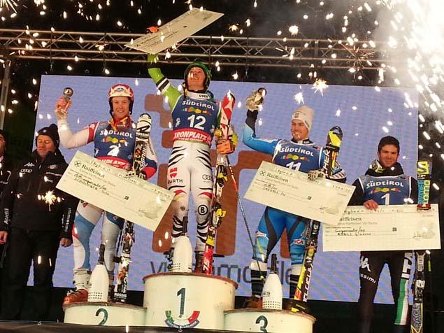 © swiss-ski.ch / In San Vigilio werden die drei Erstplatzierten des Parallel-Slaloms standesgemäss gefeiert. Links Reto Schmidiger, der Zweiter wurde.