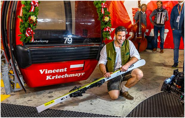 Vincent Kriechmayr freut sich über seine Kitz-Gondel (Foto: © Hahnenkammrennen / Instagram)
