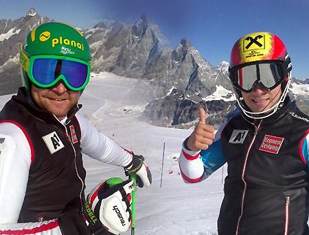 """Daumen hoch: Klaus Kröll und """"Trainingsgast"""" Marcel Hirscher freuten sich beim Schneetraining in Zermatt über perfektes Wetter. (Foto: ÖSV)"""