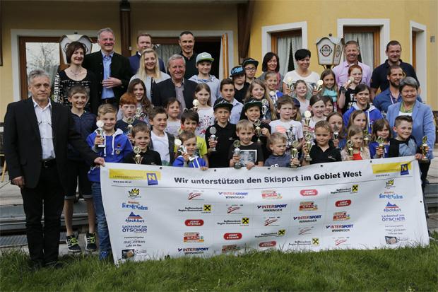 Kathrin Zettel mit den geehrten Kinder, Ehrengäste, Präsidiumsmitglieder und Sponsoren. (Foto: www. noe-ski.at)