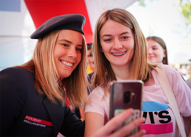 Ein Selfie mit Katharina Liensberger war bei den Skifans sehr gefragt. (Foto: © TagdesSports.at / Facebook)
