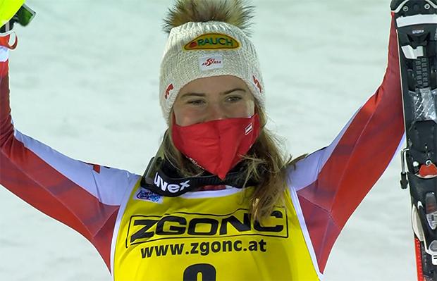 Katharina Liensberger steigt als Dritte auf das Levi Podest