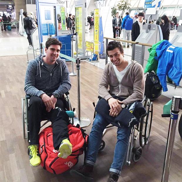"""Matteo Marsaglia konnte am Flughafen, gemeinsam mit Maxence Muzaton, schon wieder scherzen: """"Einige reisen mit einem Podestplatz nach Hause, die anderen im Rollstuhl. Das ist das Leben.""""  (Bild Facebook: Matteo Marsaglia)"""
