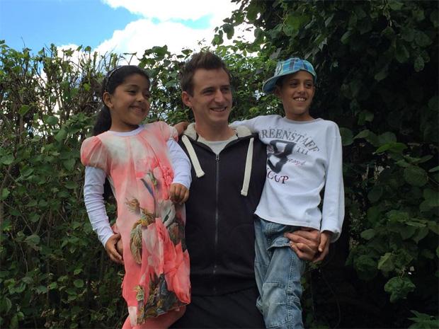 """Matthias Mayer: """"..vielen Dank an meine Familie und Freunde die mitgeholfen haben dieser Familie aus dem Irak ein Dach über dem Kopf zu schenken.  Prinzessin Nauras (6) und Hip Hoper Harar (8) (Foto Matthias Mayer / facebook)"""