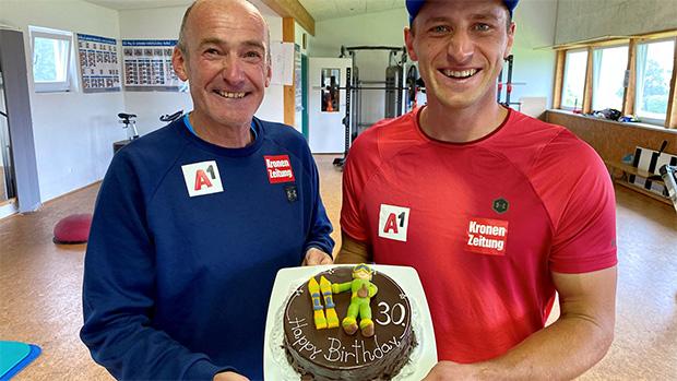 Andreas Puelacher (Sportlicher Leiter ÖSV-Herren) überreichte Matthias eine Sachertorte. (Foto: ÖSV/Aichner)