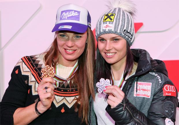 © Kraft Foods / Abfahrts-Weltmeisterin Tina Maze und Super-G Weltmeisterin Anna Fenninger kämpfen um die große Weltcupkugel
