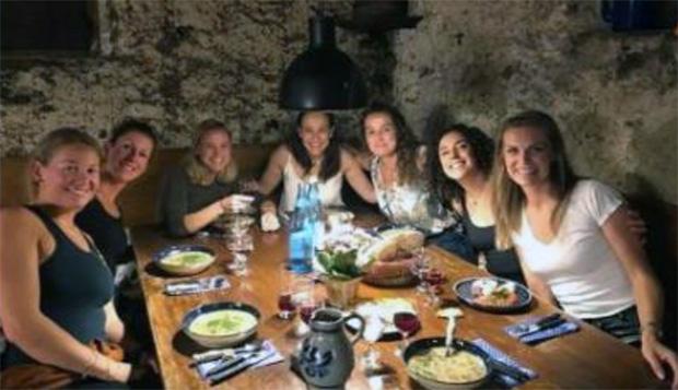 Lisa Agerer, Chiara Costazza, Denise Karbon, Seraina Pazeller, Michi Abart, Federica Brignone und Manuela Mölgg beim Törggelen