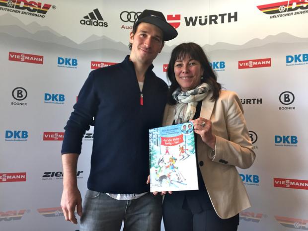 Große Ehre: Felix Neureuther schenkt Martha Schultz sein erstes Kinderbuch (Foto: Michael Klein / Salt Works GmbH)