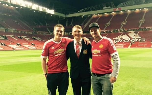Zu Besuch bei dem Fußballgott Bastian Schweinsteiger in Manchester! Was für eine unglaubliche Stimmung!!! (Foto: Felix Neureuther / facebook)