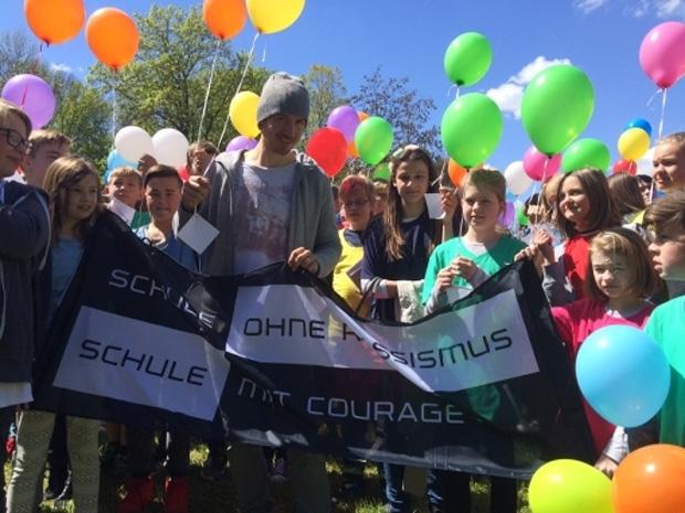 Da Sport an der Schule derzeit eine untergeordnete Rolle spielt, haben die Schüler ganz bewusst den Kontakt mit Deutschlands bestem Skifahrer aufgenommen, um neben den zentralen Themen Rassismus und Gewalt auch auf diesen Mangel an ihren Schulen hinzuweisen. (FOTO: DeutscherSkiverband.de)