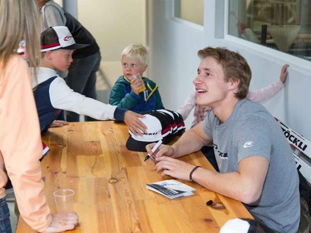 Ein persönlich signiertes Autogramm des Riesenslalom Junioren-Weltmeisters Marco Odermatt versüsste den Kids den Champions Day zusätzlich. (Foto: Stöckli Swiss Sports AG)