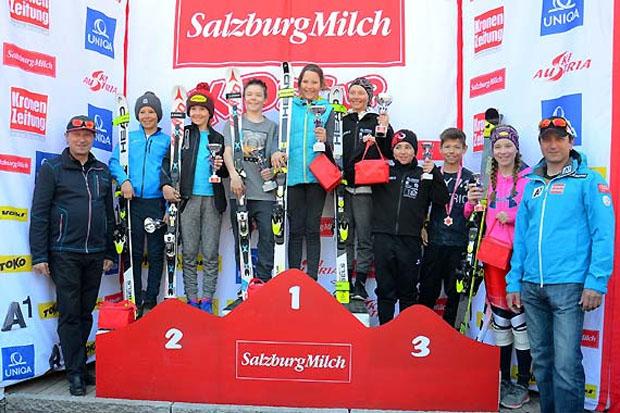 """Die erfolgreichen Teilnehmer des """"SalzburgMilch Kids-Cup"""" im Montafon mit ÖSV-Nachwuchsreferent Gert Ehn (li.) und Christian Greber, dem sportlichen Leiter Nachwuchs. (Foto: Alexander Kuster)"""
