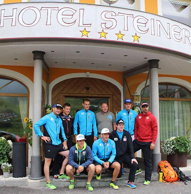 """Gruppenfoto des ÖSV-Speedteams vor dem """"Hotel Steiner"""" in Obertauern. (Foto: ÖSV/Markus Aichner)"""