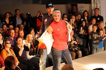 © Fotorechte: Erich Spiess / Die ÖSV-Stars (im Bild Lizz Görgl und Willi Denifl) wurden heute modetechnisch in Pole-Position gebracht.