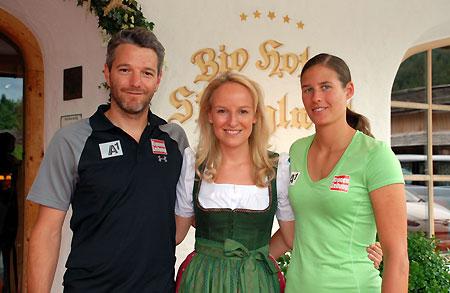 © ÖSV / Malzer: Thomas Trinker (EC-Cheftrainer Damen) mit Maria Hauser und Ricarda Haaser.