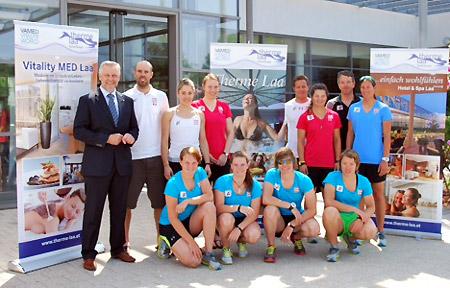 Die Europacup-Damen des ÖSV Damen mit MBA Michael Hudritsch, dem Geschäftsführer der Therme Laa - Hotel & Spa. (Foto: ÖSV)