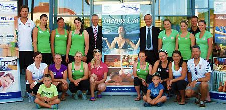 Die Europacup Damen mit Geschäftsführer Michael G. Hudritsch (Fünfter v.l.o.) und Hoteldirektor Roman Purt. (Foto: ÖSV)