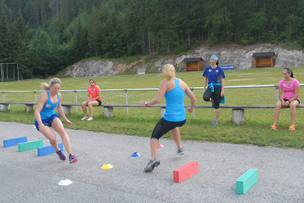 Morgensport am Sportplatz Wildalpen: Stephanie Resch (li.) und Martina Rettenwender beim Koordinationstraining. (Foto: ÖSV)