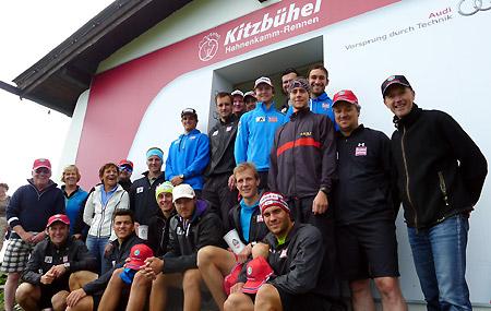 Das Europacupteam der ÖSV-Herren mit K.S.C.-Präsident Dr. Michael Huber und EC-Gruppentrainer Martin Sprenger (v.r.) nach dem Berglauf zum Kitzbüheler Starthaus. (Foto: ÖSV)
