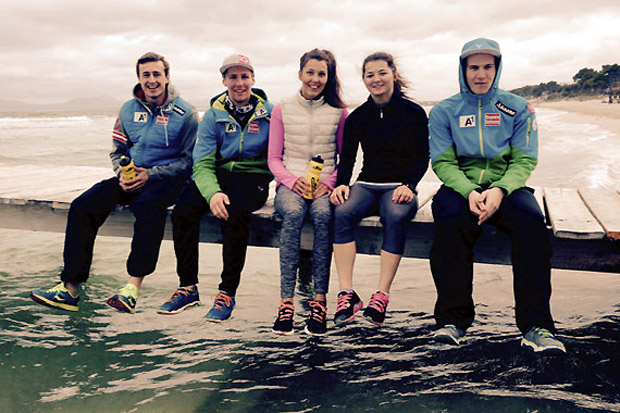Stefan Brennsteiner, Clemens Nocker, Rosina Schneeberger, Sabrina Mair und Martin Pitterle beim Aufbaucamp auf Mallorca. (Foto: ÖSV)