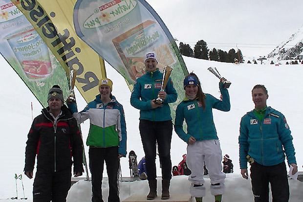 Thomas Reiter (Skiclub Wiesing), Michaela Heider, Siegerin Michaela Kirchgasser, Chiara Mair und Nachwuchsreferent Rupert Krieberngegg (v.l.). (Foto: ÖSV)