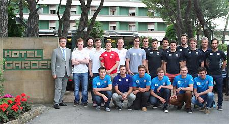 Das Europcupteam des ÖSV beim Gruppenfoto vor dem Hotel Garden. (Foto: ÖSV)