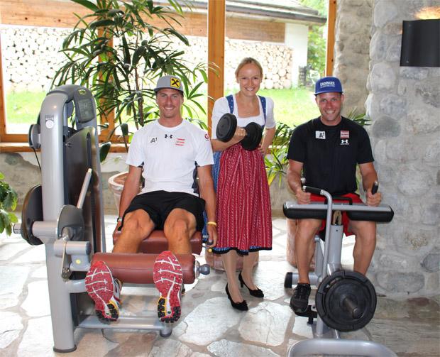 Max Franz (li.) und Romed Baumann (re.) mit Maria Hauser-Lederer (Junior-Chefin Biohotel Stanglwirt) beim Krafttraining. Foto: ÖSV/Aichner