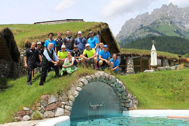 Das ÖSV-Herren Team rund um Gruppentrainer Florian Winkler mit Elisabeth Hauser, Balthasar Hauser und Trixi Moser vom Stanglwirt. (Foto: ÖSV/Aichner)