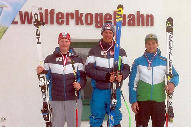 Das Siegerbild der U-21-Wertung: (v.l.) Stefan Babinsky, Sieger Clemens Nocker und Slaven Dujakovic | Fotos: ÖSV/Gert Ehn)