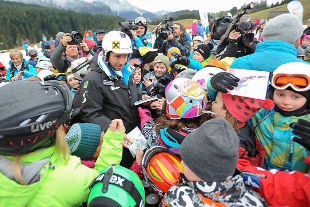 Ein Autogramm vom vierfachen Weltcup-Gesamtsieger Marcel Hirscher stand auf der Wunschliste der Kinder ganz oben. (Foto: Erich Spiess)