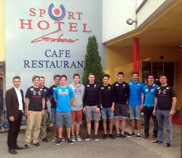 Gruppenfoto der Nachwuchs Herren vor dem Sporthotel Grabner. (Foto: ÖSV)