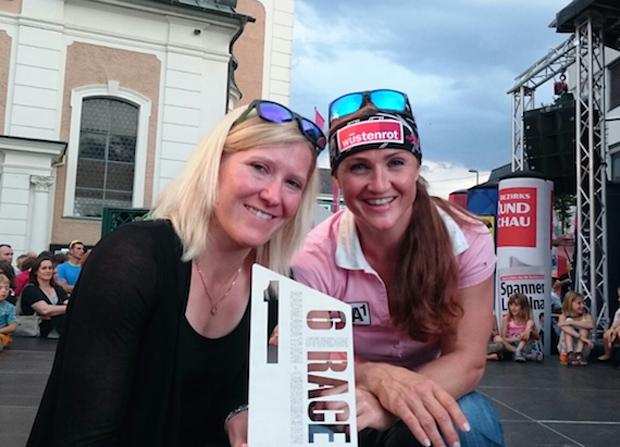 Elisabeth Görgl und Andrea Fischbacher durften erneut die Siegertrophäe entgegennehmen. (Foto: ÖSV)