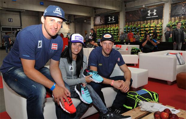 Matthias Mayer, Anna Fenninger und Dominik Landertinger mit ihren neuen Trainingsschuhen. (Foto: ÖSV/Erich Spiess)
