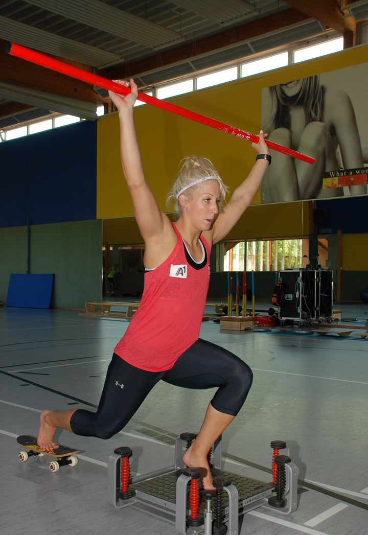 Fotos: ÖSV/ Malzer / Eva-Maria Brem beim Beinachsentraining