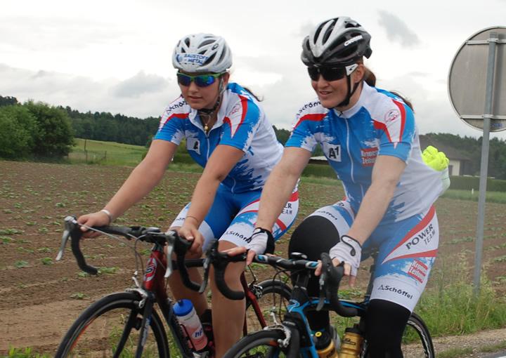 Fotos: ÖSV/ Malzer / Juniorenweltmeisterin Stephanie Venier neben Doppelweltmeisterin Elisabeth Görgl. Als Ausgleich zum Krafttraining absolvieren die Damen ausgedehnte Radeinheiten in der Steiermarkt.