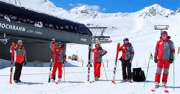 Freuten sich über die erste Trainingseinheit auf Schnee: Mike Pircher, Patrick Feurstein, Roland Leitinger, Günther Steiner und Ferdinand Hirscher (v. li.). (Foto: ÖSV / Aichner)