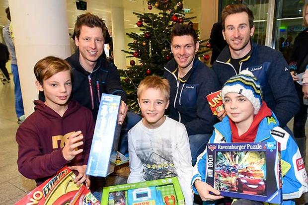Hannes Reichelt, Michael Matt und Marc Digruber beim vorweihnachtlichen Besuch in der Kinderklinik. (Foto: Erich Spiess)