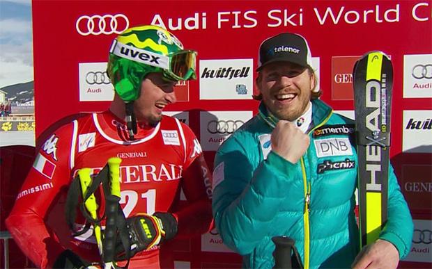 Dominik Paris gratuliert Kjetil Jansrund zum Gewinn der Super-G Weltcupkugel