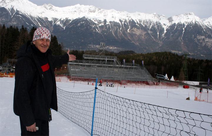 Organisationsleiter Hubert Bertignoll mit Blick auf die Weltcuptribüne Foto: ÖSV/Foidl